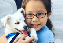 Niña con discapacidad auditiva enseña a su perro sordo el lenguaje de señas