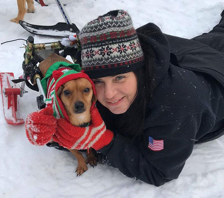 Tracey y uno de sus perros adoptados