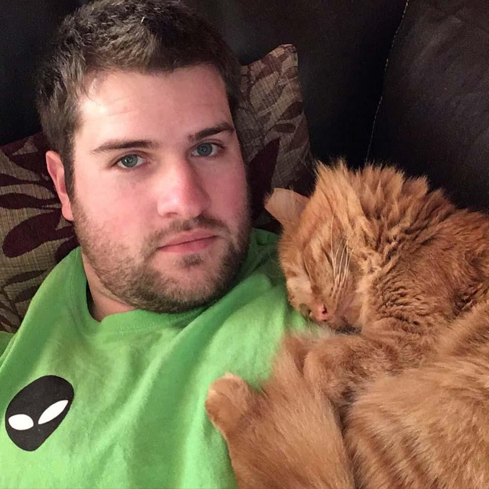 Gatito junto a su padre