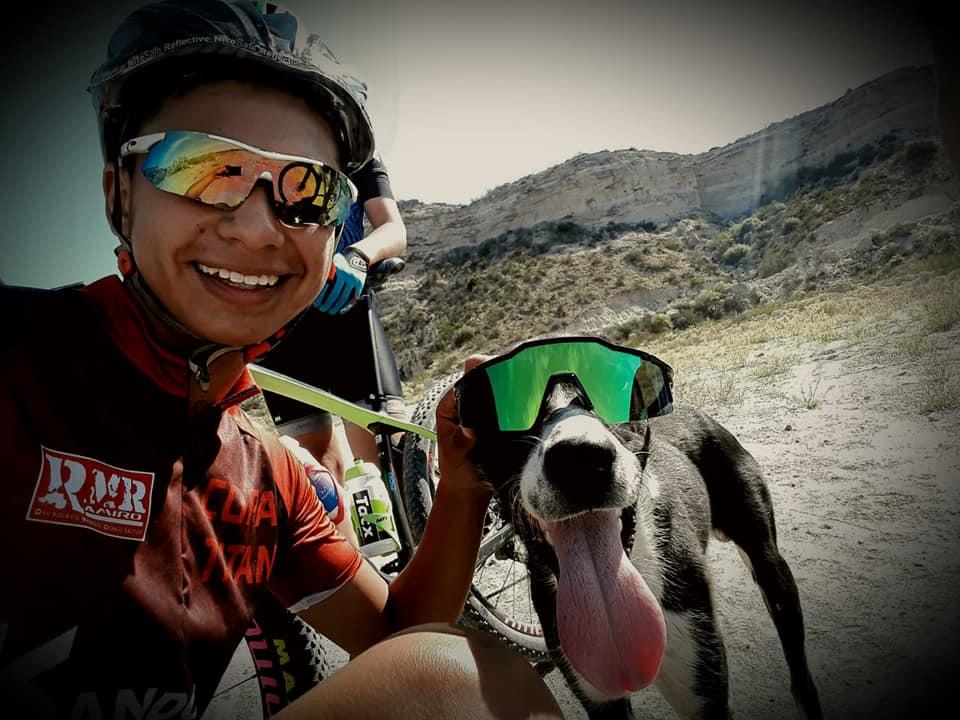 Ciclista ayuda perro