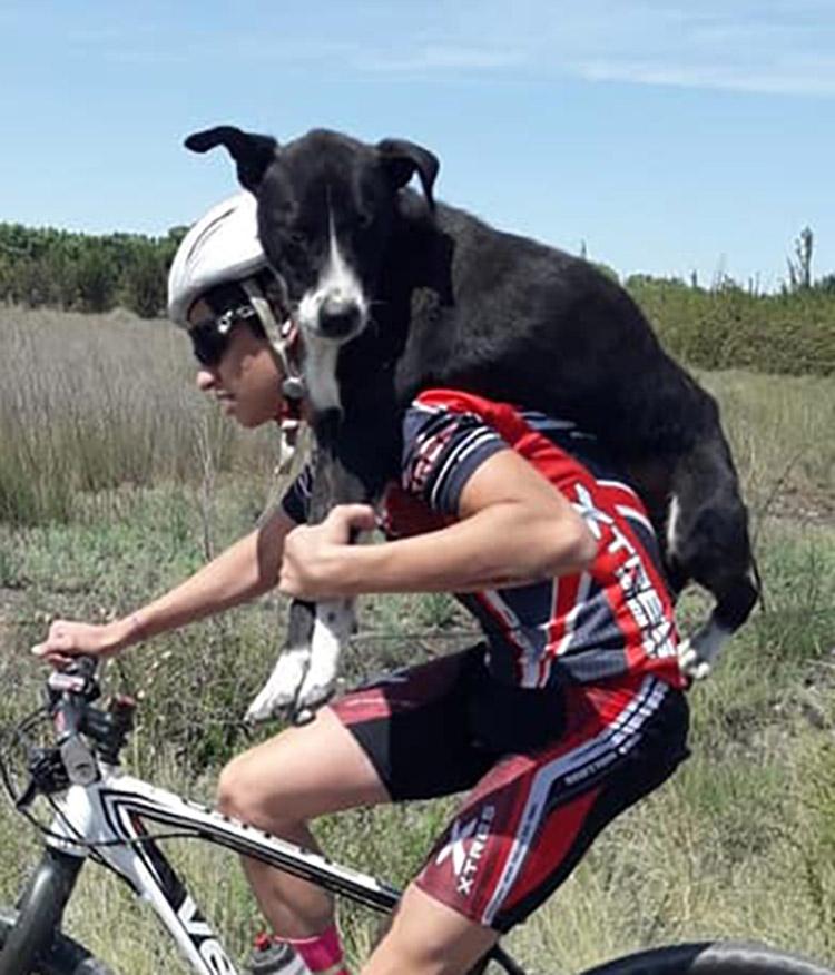 Ciclista se detiene