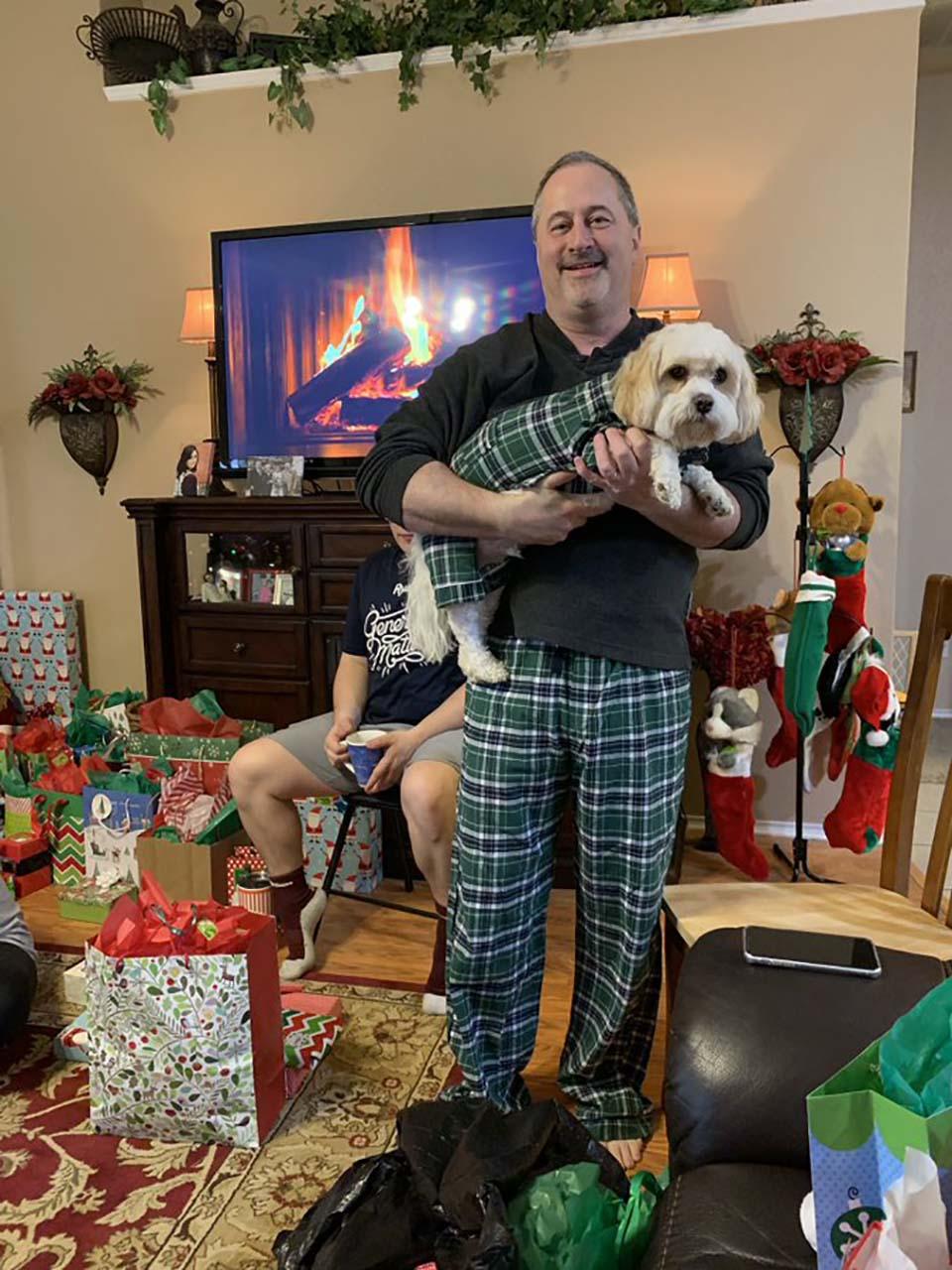 Papá y su mascota en pijamas