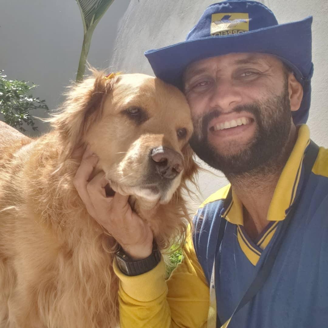 Cartero se toma selfie con adorable perro