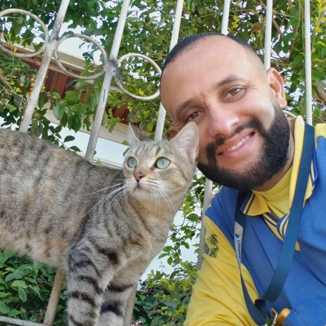 Cartero se toma selfie con gato