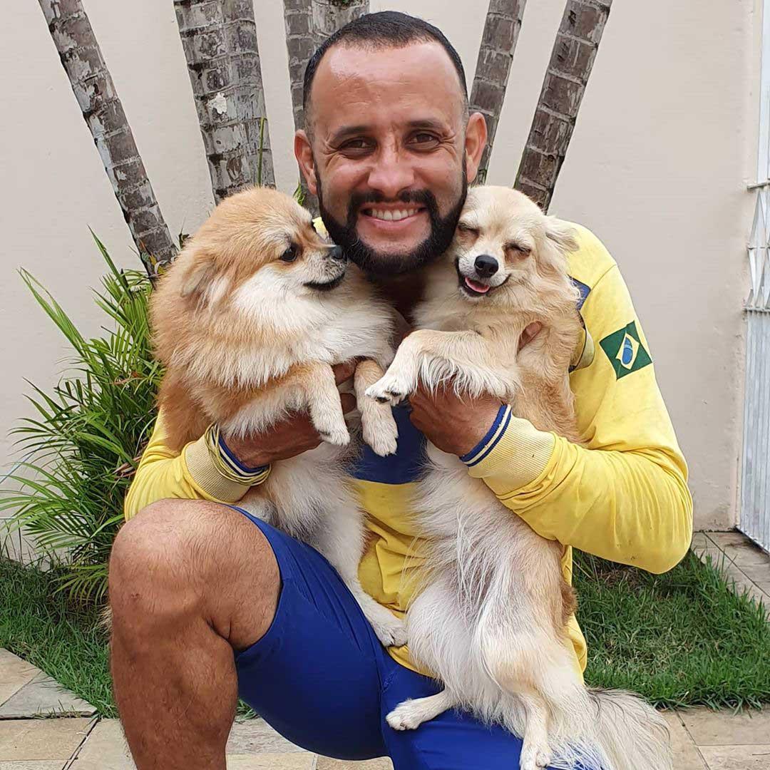 Perritos felices junto a hombre