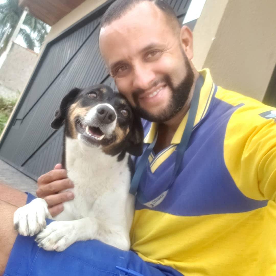 Cartero se toma selfie con perrito