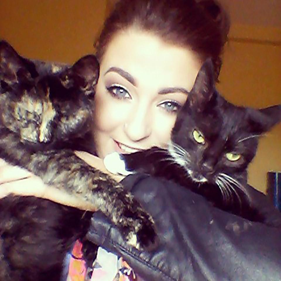 Mujer y sus dos gatos