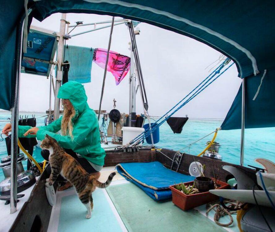 Mujer y su gato en velero