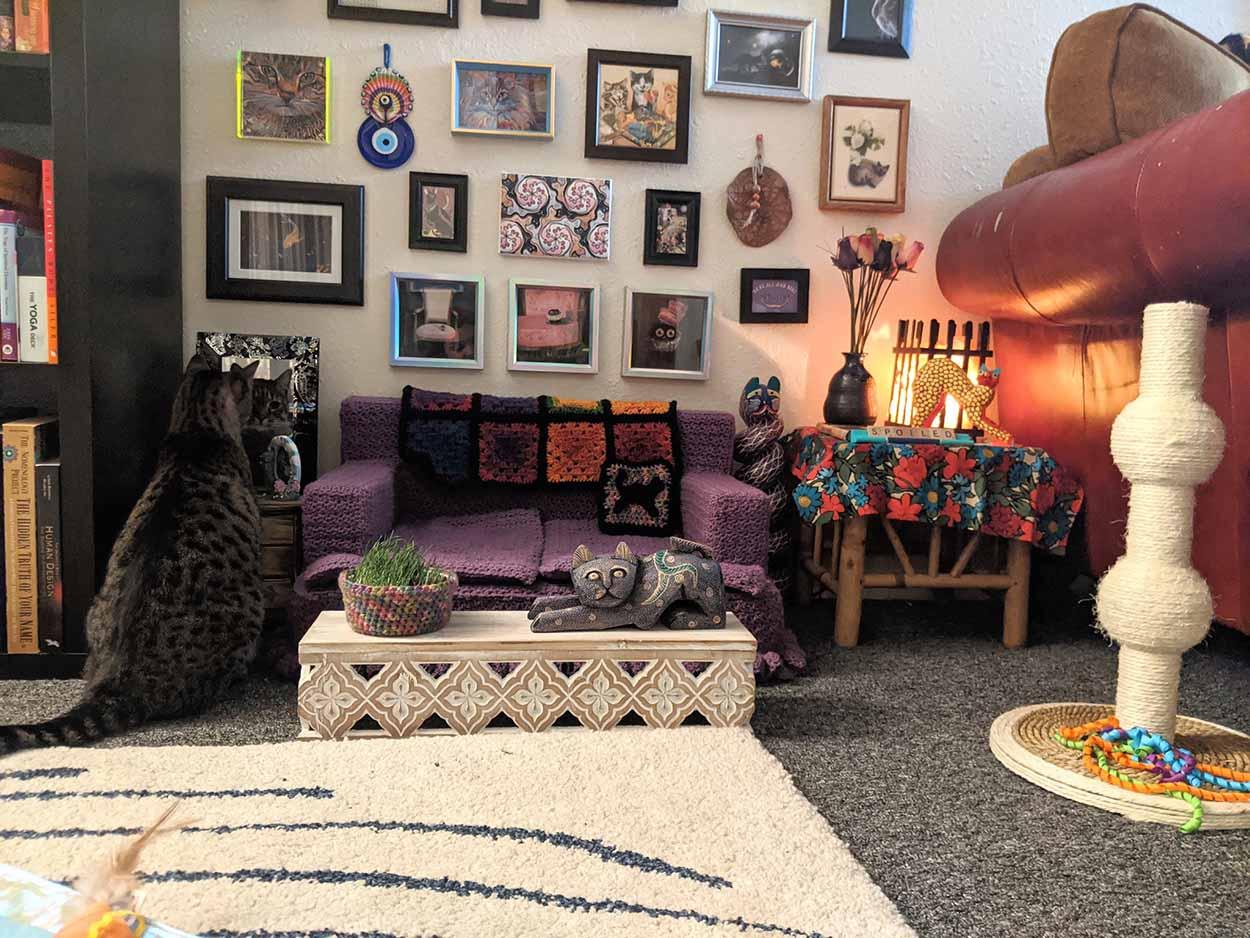 Mujer crea la pequeña sala de estar adorable