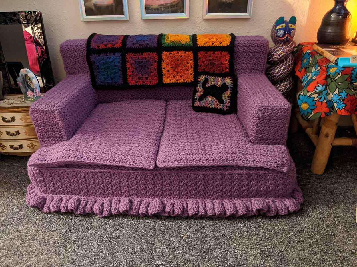 Mujer crea la pequeña sala de estar