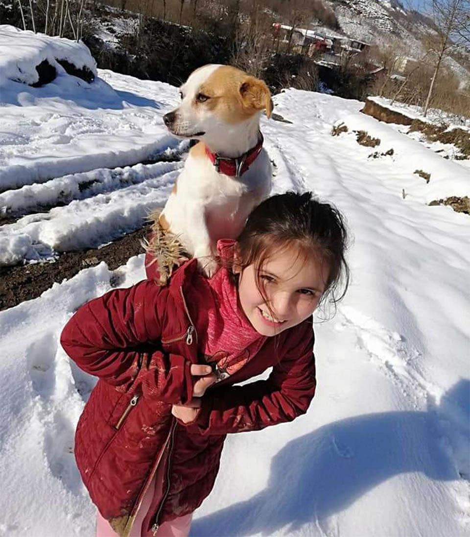 Niña camina en nieve