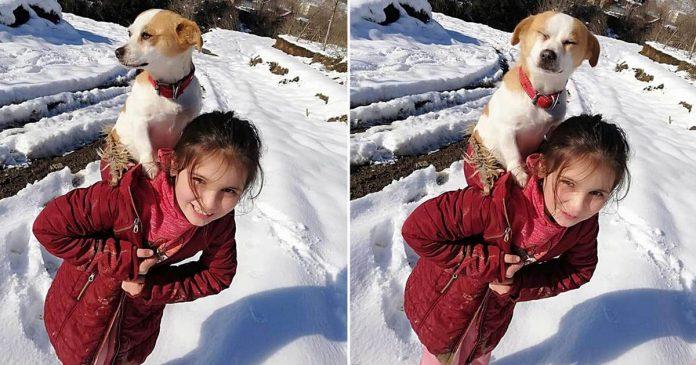 Niña camina por nieve para obtener ayuda