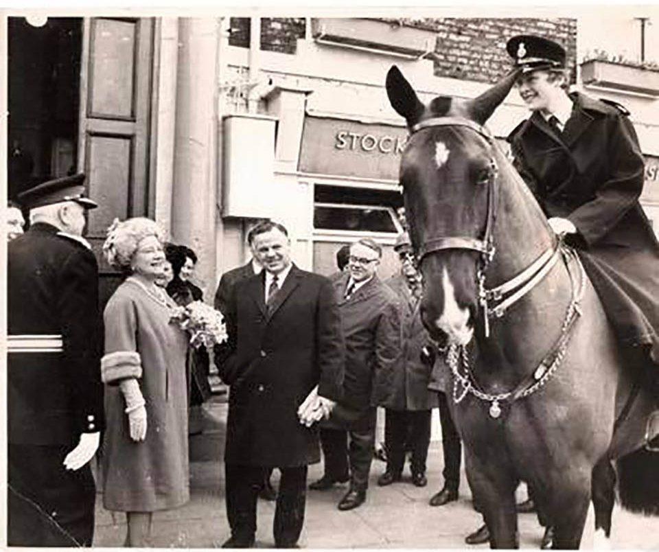 Primera mujer de la policía montada del Reino Unido