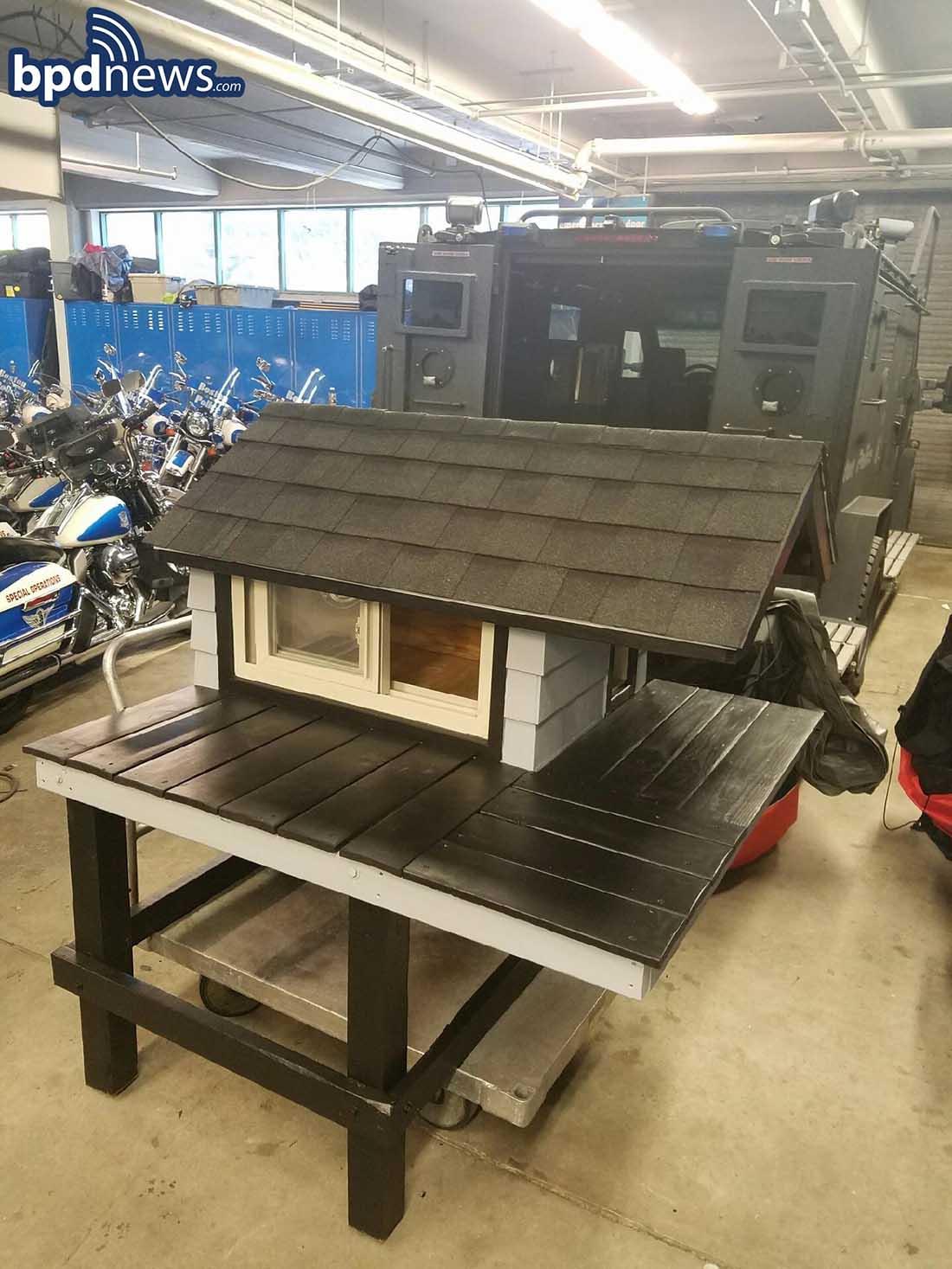 Departamento de policía construye una casita para gato