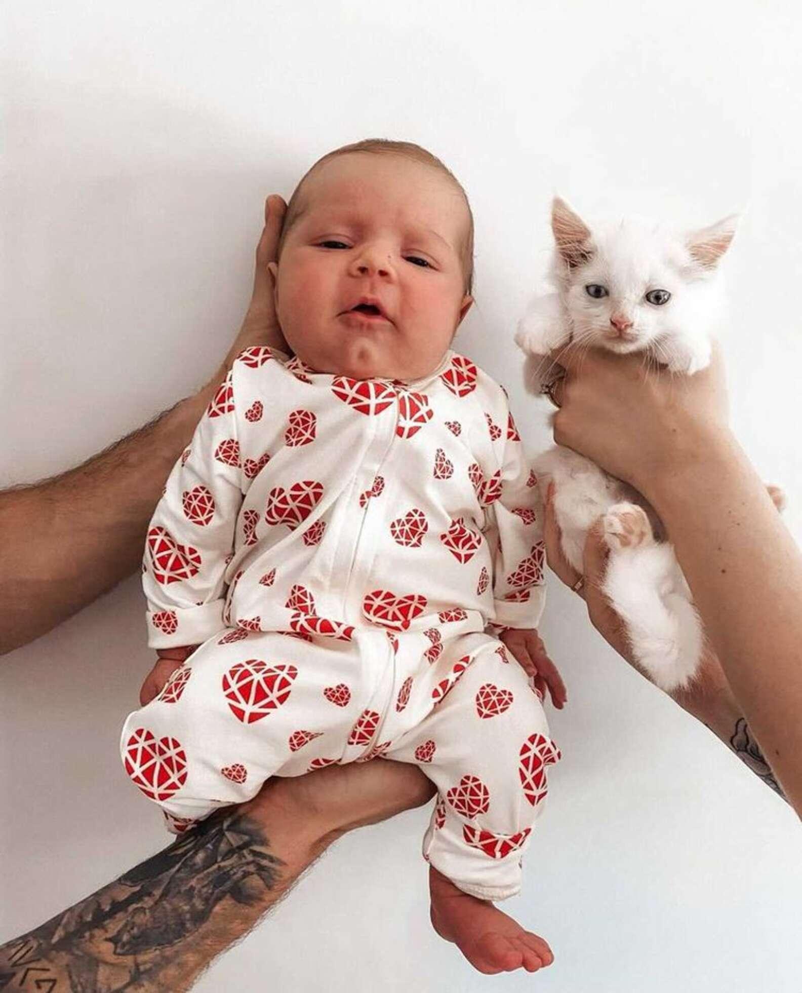 Bebé humano y gatito