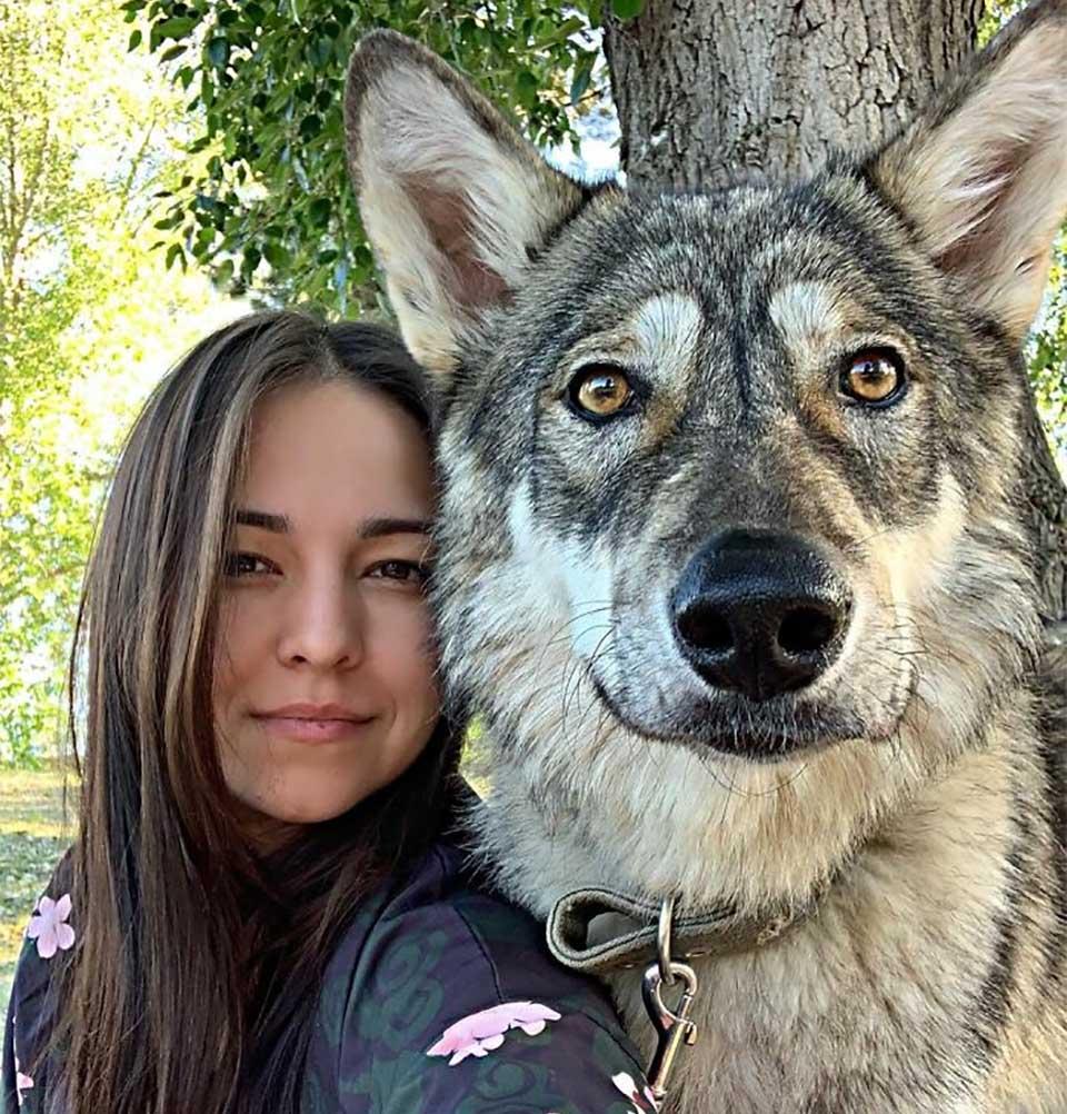 Mujer adopta loba amigable