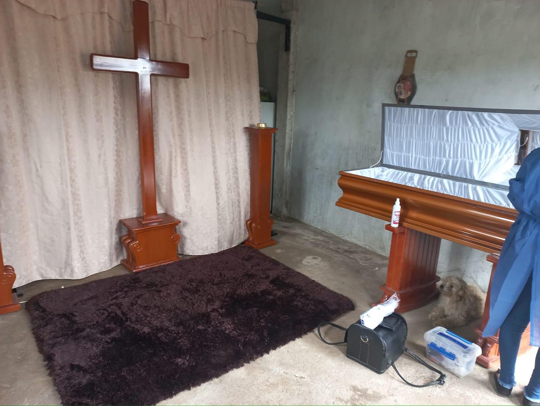 Perro fiel insiste en quedarse en el funeral de su madre